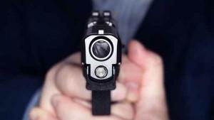 Un policier sort son arme rue du Commerce