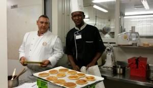 LPO-Kawéni-Avec-le-cuisinier-et-professeur-Fabien-Gimenez-attentifs-aux-gestes-des-élèves-candidats