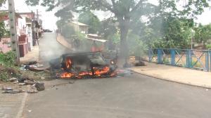 Vidéos d'une carcasse de voiture en feu près du lycée Bamana