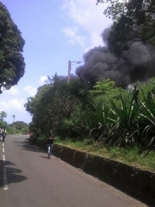 Un bus scolaire détruit par le feu à Vahibé