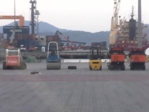 Les agents SMART forcent l'entrée du port