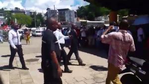 L'arrivée des élus sur la Place de la République (vidéo)