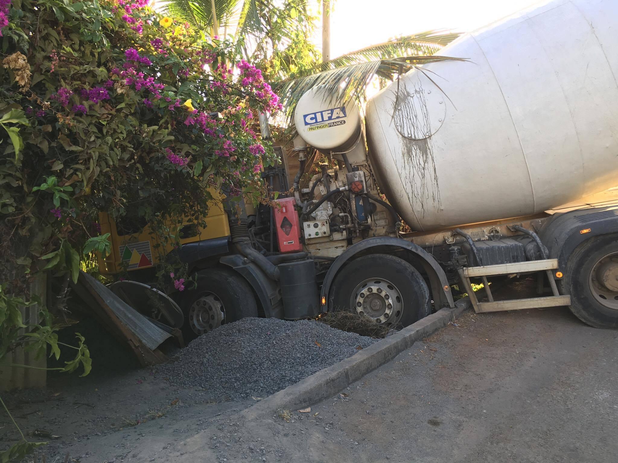 un camion de chantier fracasse la cl ture d une habitation priv e l 39 info kwezi. Black Bedroom Furniture Sets. Home Design Ideas