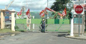 Le port de Longoni est bloqué par les grévistes MCG