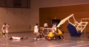 Un panier de basket tombe sur des joueurs pendant le match