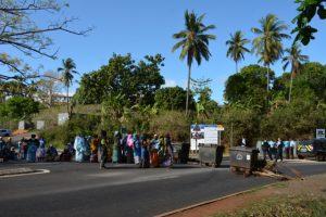 Les parents d'élèves de Ouangani barrent la route (Photos)