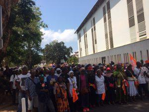Les gendarmes mobiles postés devant l'entrée des urgences