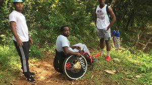 Docteur Léo au sommet du Mont Choungui : sensibiliser à l'handicap par la performance