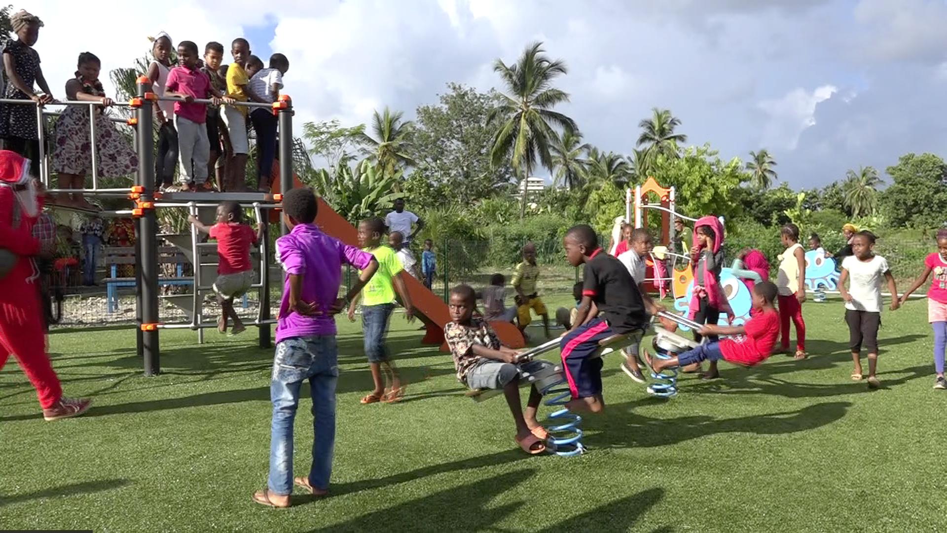 l aire de jeux pour enfants et le parc sportif inaugur s passama nty l 39 info kwezi. Black Bedroom Furniture Sets. Home Design Ideas