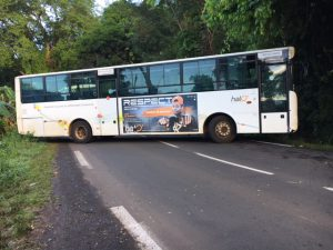 Barrages des routes par les chauffeurs de bus scolaires