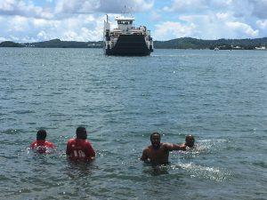 Des grévistes se jettent à l'eau pour se «rafraîchir» et empêcher la barge d'accoster (vidéo)