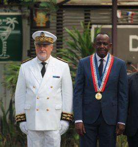 Jean-François Colombet et Saïd Omar Oili lors de la cérémonie de prise de fonction du nouveau préfet.