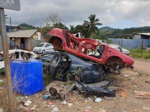 Pollution : un cimetière de voitures à côté d'un garage à Vahibé
