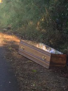 Un cercueil abandonné au bord de la route
