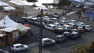 Les taximen en droit de retrait sont rassemblés devant le comité du tourisme