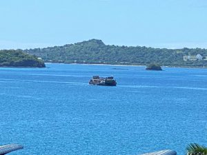 Le Mistral est en train de débarquer sa précieuse cargaison en grande terre