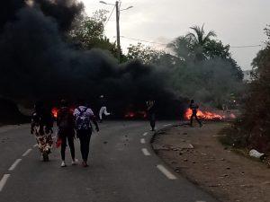 Des barrages en feu à Koungou