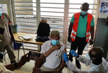 Le docteur Martial Henry est le premier vacciné de Mayotte