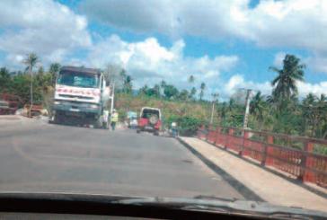 Tsoundzou : le pont est bloqué par des jeunes