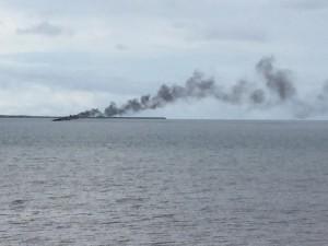 Un bateau prend feu dans le lagon (vidéo)