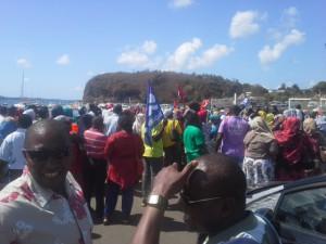 Les grévistes tentent de bloquer les barges