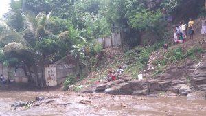 La rivière de M'tsapéré submergée par une vague boueuse