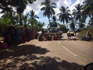 Le maire tente de calmer la population mais le barrage est maintenu à Ongoujou (photos)