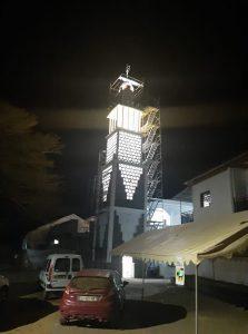 Le minaret de la mosquée de Tsingoni en cours d'achèvement
