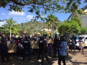 Les demandeurs d'asile bloquent le rond-point de Cavani