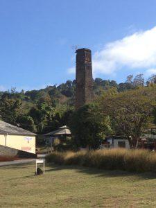 La cheminée de l'ancienne usine sucrière de Cananga Kawéni aux monuments historiques