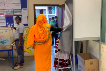Les derniers retardataires en train de voter à Labattoir