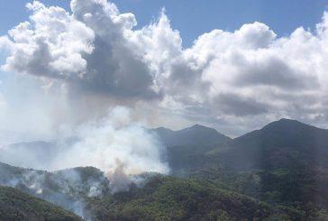 Le mont Bénara est en feu